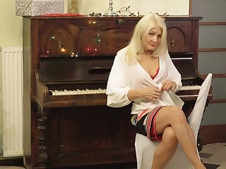 Sexy cougar Sylvie gets stripped and touches her aged esurient snatch